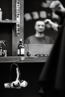 Het gereedschap van een kapper op het bureaublad voor de spiegel