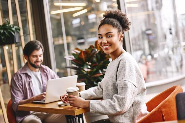 Het gevaarlijkste gif is het gevoel van prestatie, startende zakenmensen die hun dagelijkse werk doen