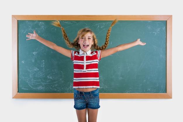 Het gevlechte studenten blonde meisje spelen met vlechten