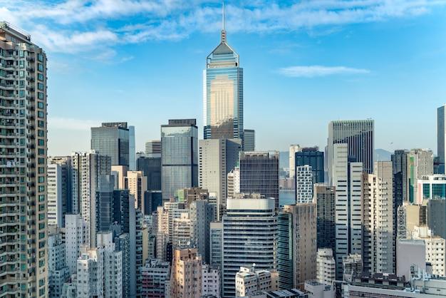 Het geweldige uitzicht op het stadsbeeld van hong kong vol wolkenkrabbers vanaf het dak.