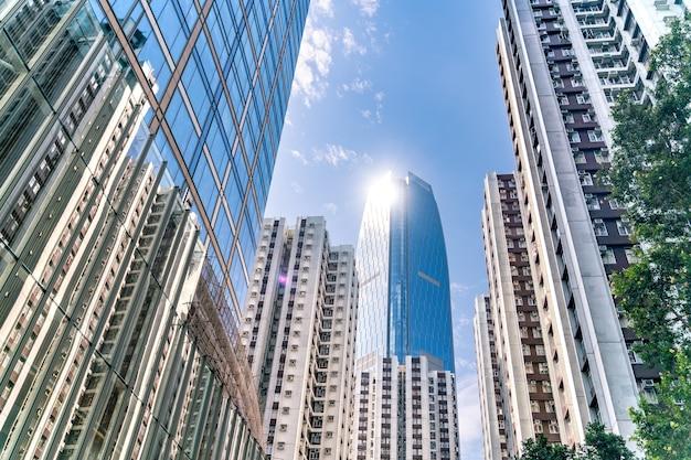 Het geweldige uitzicht op het stadsbeeld van hong-kong vol wolkenkrabbers vanaf het dak.