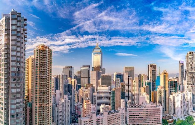 Het geweldige uitzicht op het stadsbeeld van hongkong vol wolkenkrabbers vanaf het dak