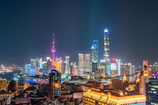 Het geweldige uitzicht op het stadsbeeld van shanghai vol wolkenkrabbers vanaf het dak.