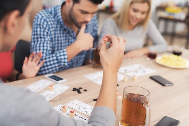 Het gezelschap van jonge mensen speelt in lotto.