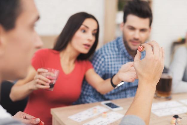 Het gezelschap van jonge mensen speelt in russische lotto.