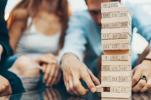 Het gezelschap van jongeren die bordspel spelen