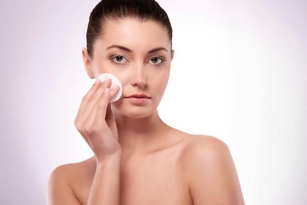Het gezicht alleen reinigen met natuurlijke cosmetica