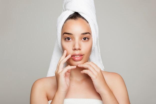 Het gezicht en de handen van het model na schoonheidsbehandeling