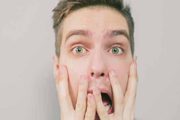 Het gezicht en de verrassing van de jonge mensenschok