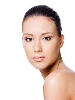 Het gezicht van de mooie jonge vrouw met een gezonde schone huid