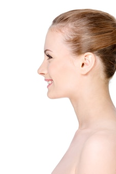 Het gezicht van de mooie vrolijke vrouw met een gelukkige glimlach in profiel