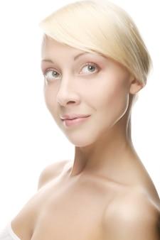 Het gezicht van de mooie vrouw met een schone huid