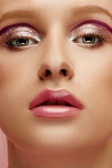 Het gezicht van de schoonheid van jonge mannequinvrouw met heldere ogen en lippen
