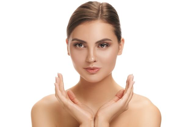 Het gezicht van een mooie vrouw met een perfecte huid