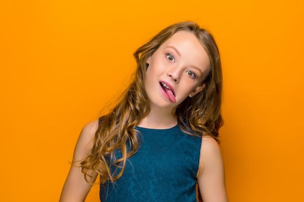 Het gezicht van speelse gelukkig tiener meisje