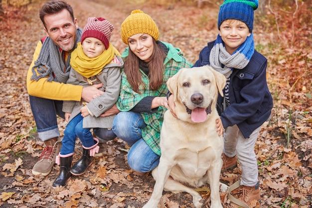 Het gezin brengt een dag door in het bos