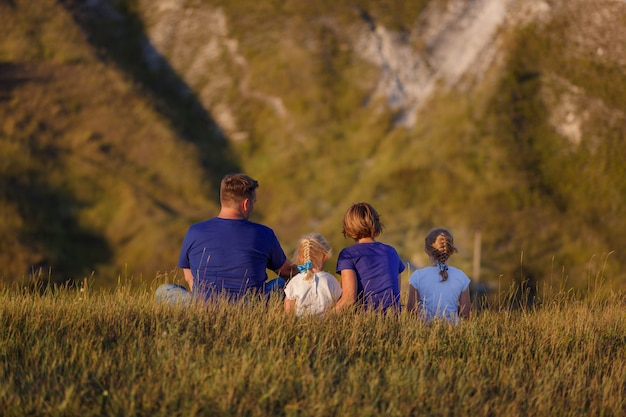 Het gezin leidt een actieve levensstijl en brengt tijd door met kinderen in de natuur. actieve levensstijl.