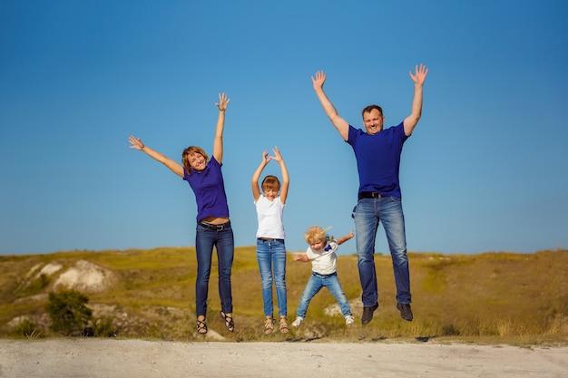 Het gezin leidt een actieve levensstijl en heeft plezier met kinderen in de natuur. actieve levensstijl.