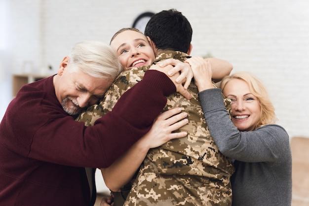 Het gezin ontmoet thuis een man in camouflage.