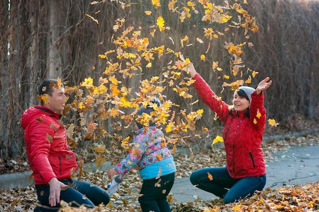 Het gezin speelde in de bladeren van het park