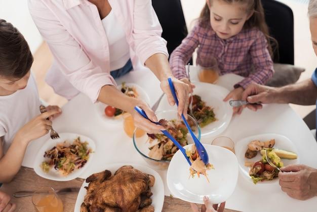 Het gezin zit aan de feesttafel op de dag van zegening.