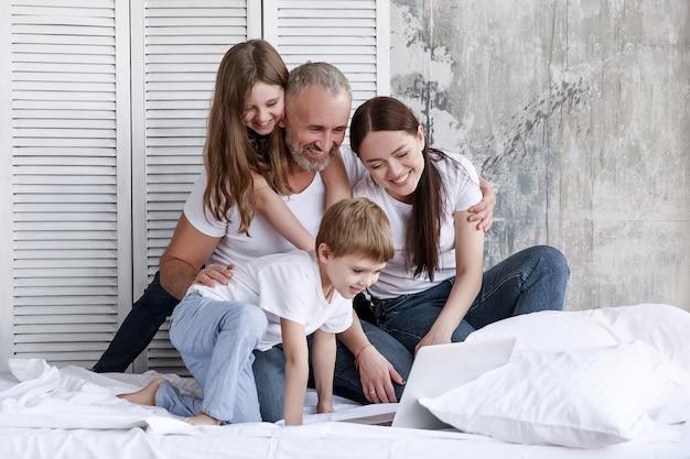 Het gezin zit thuis in zelfisolatie