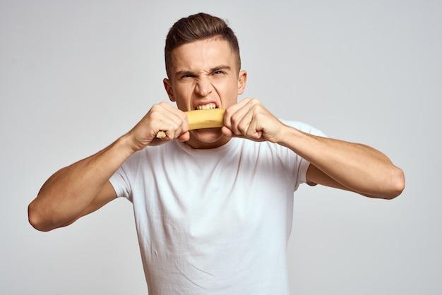 Het gezonde levensstijlmens stellen in studio met vruchten