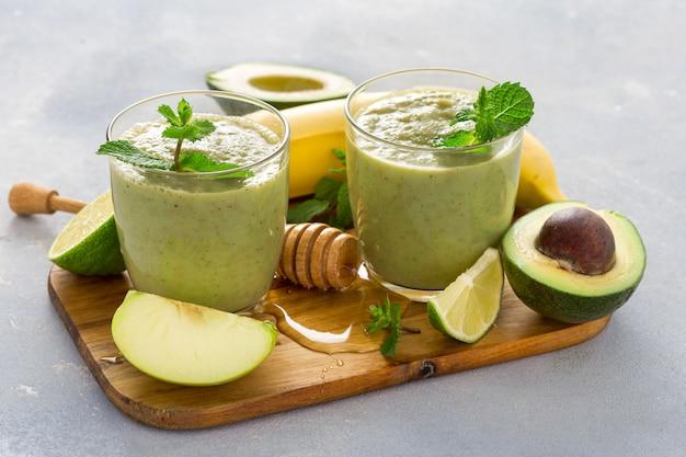 Het gezonde schone eten, glasmok met groene gezondheid smoothie op een lijst