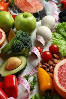Het gezonde voedingsconcept op witte geweven achtergrond, sluit omhoog