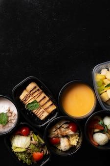 Het gezonde voedsel naar huis gemaakte voedsel klaar maaltijd in containers, hoogste mening te eten
