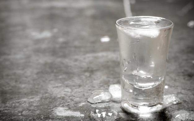Het glas koude wodka.
