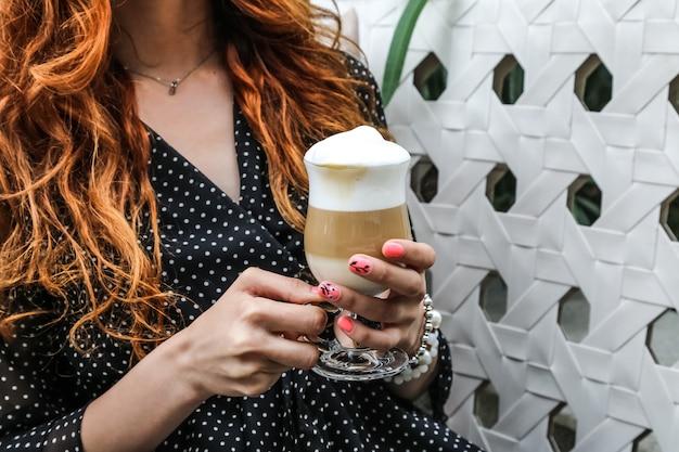 Het glas van de mensenholding van koffie latte zijaanzicht