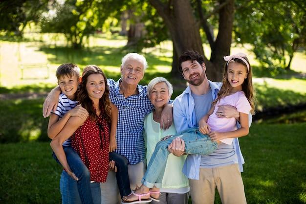 Het glimlachen familie het stellen samen in park