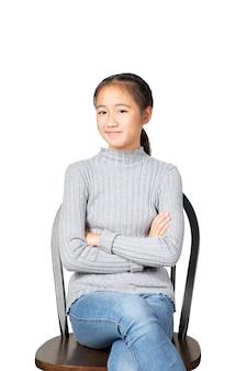 Het glimlachen gezicht van vrolijke aziatische tiener isoleerde witte achtergrond