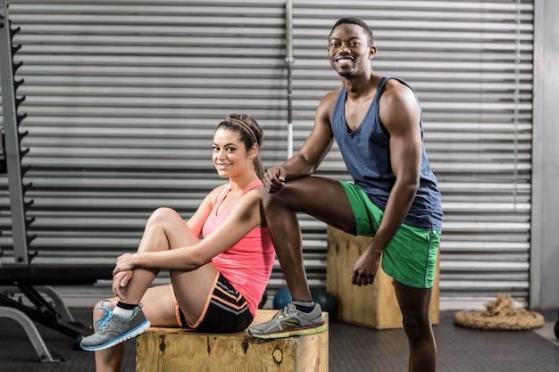 Het glimlachen het geschikte paar stellen bij gymnastiek