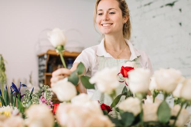 Het glimlachen het plukken van de bloemist nam toe