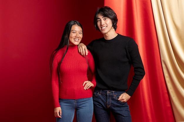 Het glimlachen het toevallige paar stellen voor chinees nieuw jaar