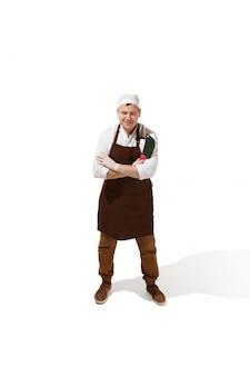 Het glimlachen slager het stellen met een geïsoleerd mes