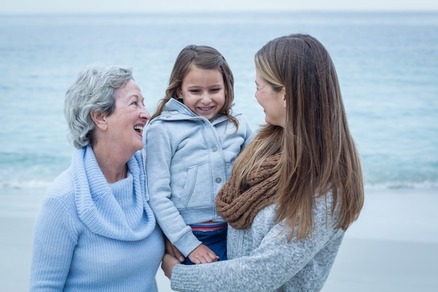 Het glimlachen van drie generaties vrouwen bij strand