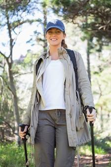 Het glimlachen vrouw het noordse lopen