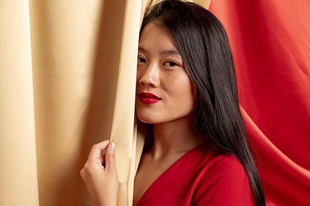 Het glimlachen vrouw het stellen voor chinees nieuw jaar