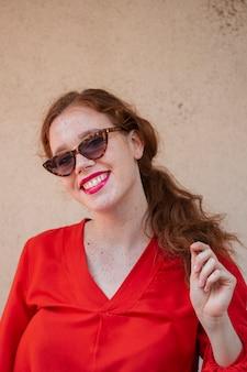 Het glimlachen vrouwenportret met zonnebril
