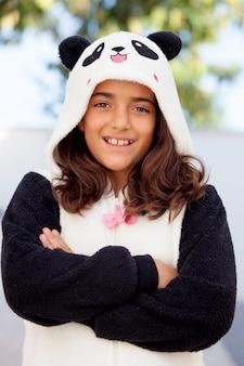Het glimlachende meisje kleedde zich in een beerkostuum