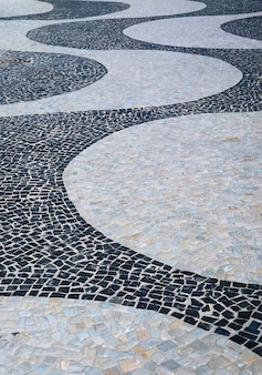 Het golfpatroon van portugese bestrating bij copacabana-strand in rio de janeiro, brazilië