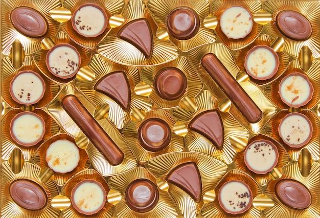 Het gouden dienblad withpalettepalette van chocoladesuikergoed sluit omhoog, hoogste mening