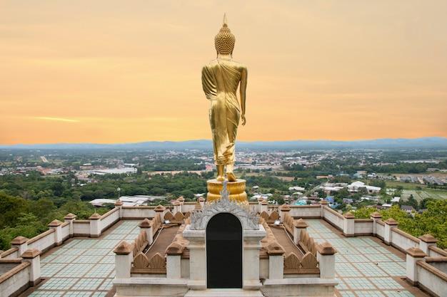 Het gouden standbeeld dat van boedha zich in wat phra that khao noi, nan province, thailand bevindt