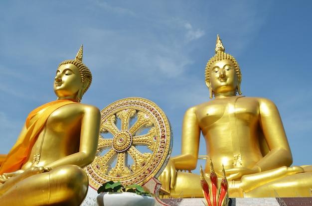 Het gouden standbeeld van boedha in wat muang in angthong, thailand