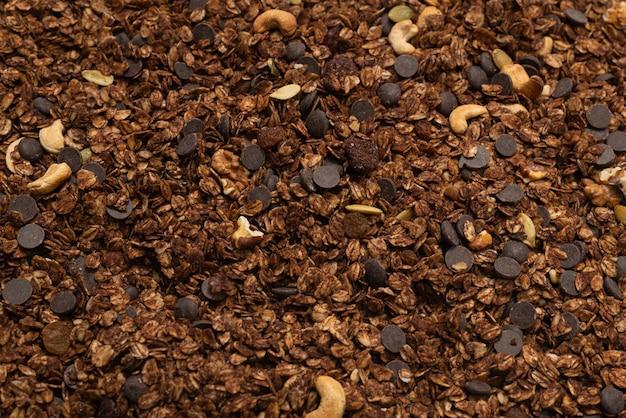 Het graangewas van chocolademranola met geïsoleerde noten