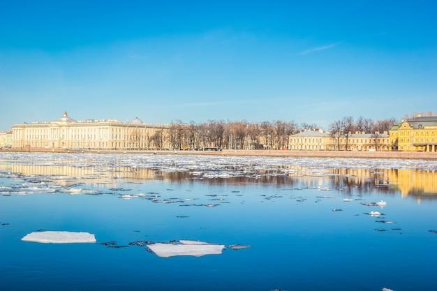 Het granietdijk van st. petersburg, panorama van neva river met de afwijking van het de lenteijs, heilige petersburg, rusland.