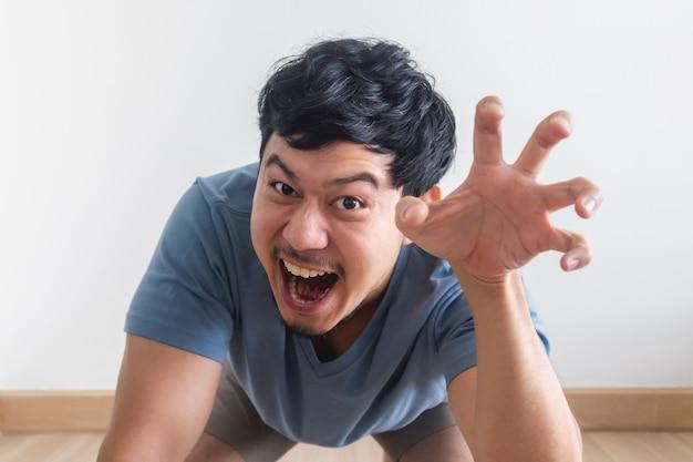 Het grappige en speelse plagen van de mens gedraagt zich als een brullend beest.